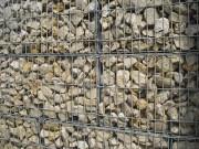 Gabionen Körbe mit Steinen aus Muschelkalk