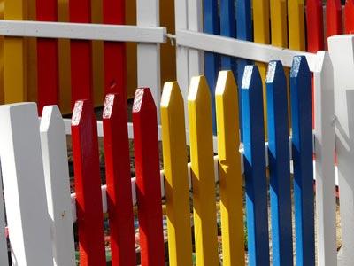 Moderner Holzzaun in verschiedenen Farben