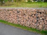 Polnische Gabionen als Stützmauer