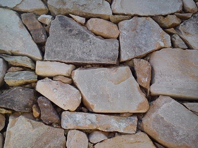 Sichtschutz als Mauer aus Stein
